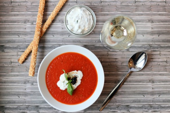 Tomatensuppe mit Ricotta-Basilikum-Sahne