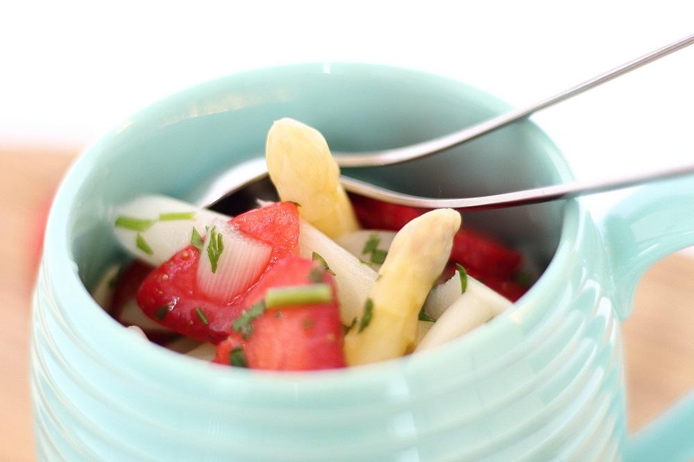 Leichter Spargelsalat mit Minze und Erdbeeren 3
