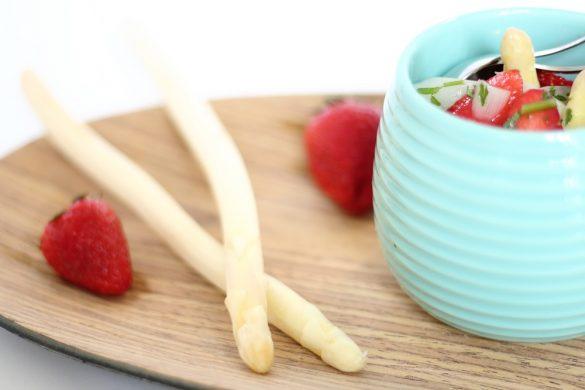 Leichter Spargelsalat mit frischer Minze und Erdbeeren