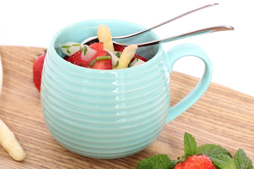 Leichter Spargelsalat mit Minze und Erdbeeren
