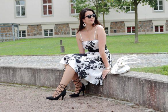 Sommerkleid und Lace up Pumps