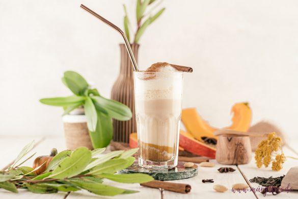Veganes Herbstgetränk: Kürbisgewürzmilch mit grünem Tee