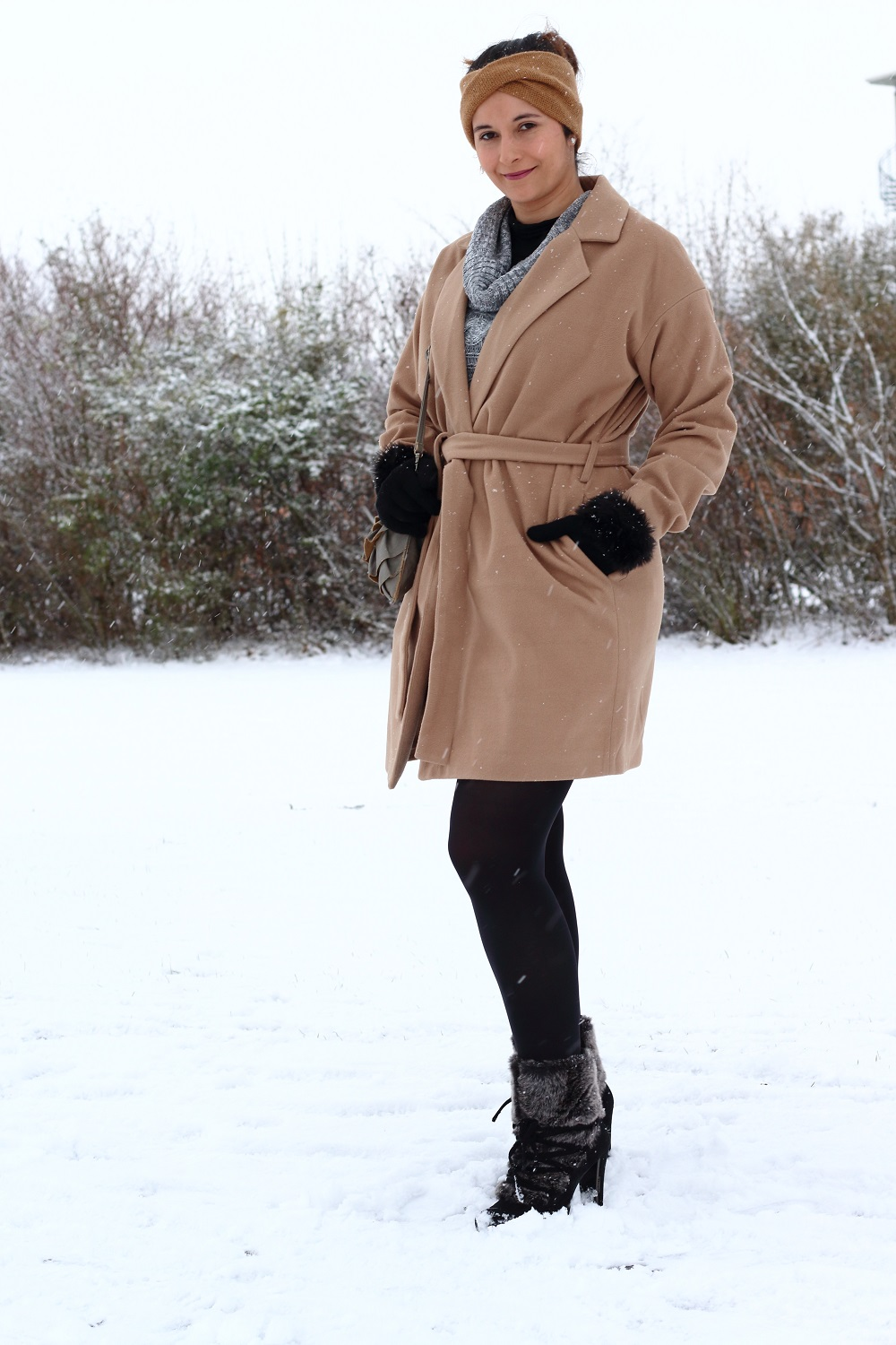 [Outfit] Wintermantel, Strickkleid und Fake Fur Stiefeletten