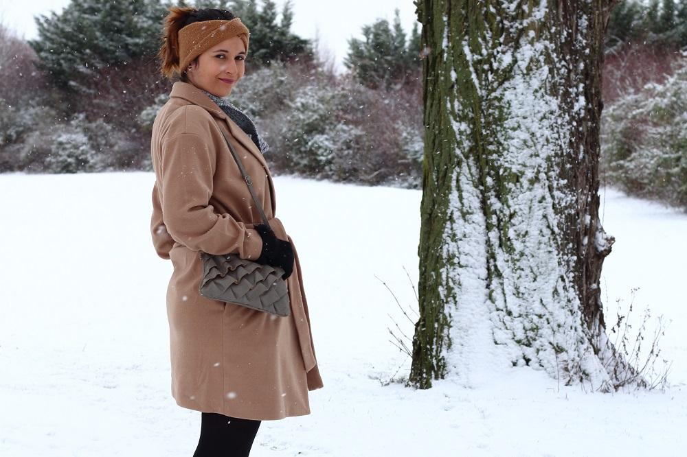 outfit wintermantel strickkleid und fake fur stiefeletten mary loves. Black Bedroom Furniture Sets. Home Design Ideas