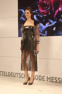 Die Trends der Mitteldeutschen Mode Messe Leipzig - Fashion-Show sexy Woman Fransenkleid