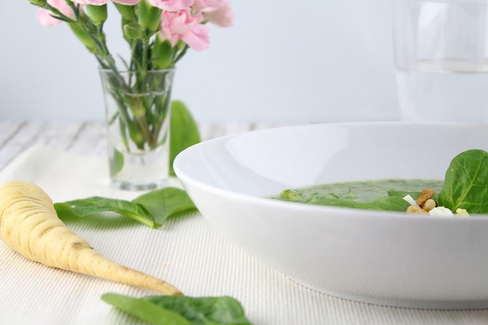 Pastinaken-Spinat-Suppe mit gekochtem Ei - Rezept - Frühlingsrezept - vegetarisch - Suppe - Frühlingssuppe - Spinat - Pastinaken - Eier - Babyspinat - Saisonales