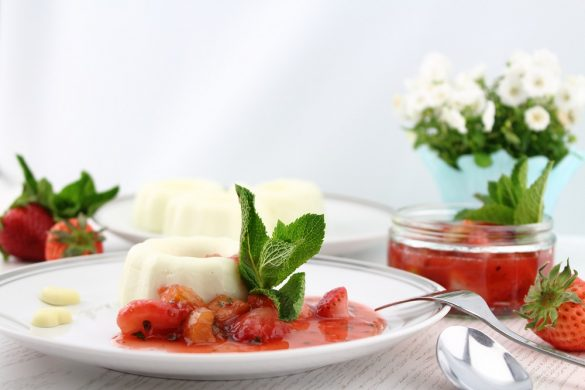 Joghurt Panna Cotta mit Erdbeer-Rhabarber-Kompott