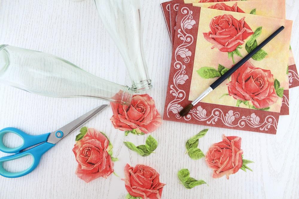 DIY-Blumenvasen mit Serviettentechnik gestalten - das brauchst du für die Serviettentechnik - alte Glasflaschen mit Servietten verschönern und upcyclen - Serviettentechnik auf Glasflaschen anwenden