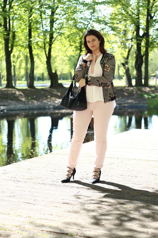 [Outfit] Blouson im Frühling - So lässt sich der Trend kombinieren - Blouson mit Blumenmuster kombinieren - Pastellfarben im Frühling - Frühlingstrend Blouson richtig stylen