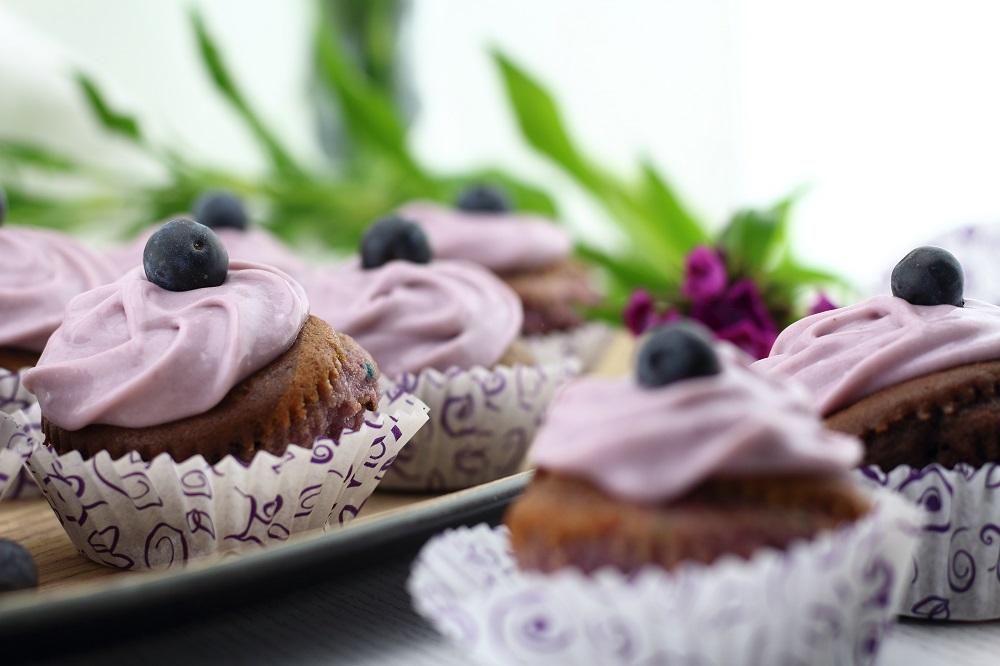 Violet Velvet Cupcakes mit Heidelbeer-Frischkäse-Topping - Rezept für zweifarbige Schokoladen Cupcakes mit Heidelbeeren - Violette Schoko Cup Cakes mit Heidelbeer-Frosting