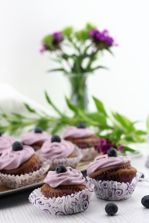violet velvet cupcakes mit heidelbeer frischk se topping mary loves. Black Bedroom Furniture Sets. Home Design Ideas