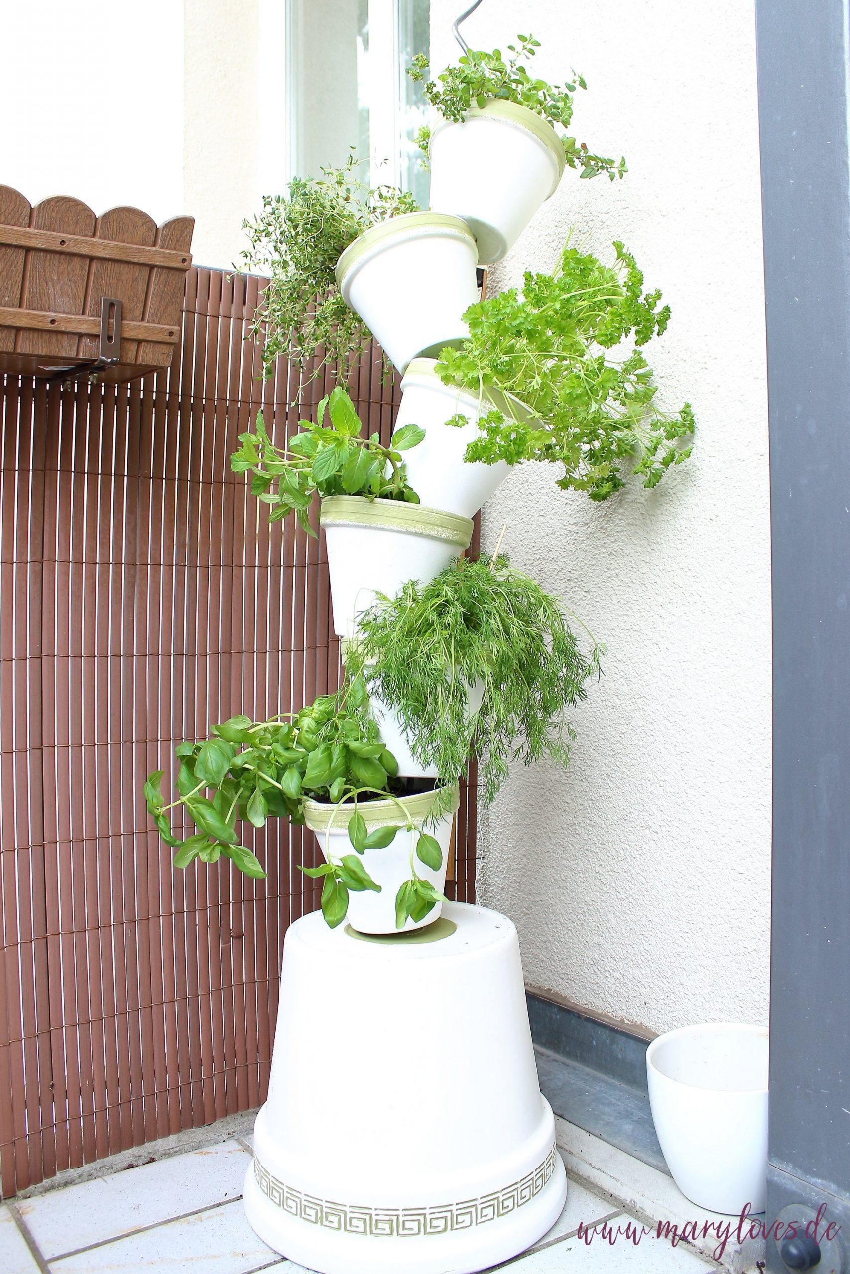 DIY-Kräuterturm aus Tontöpfen für Balkon oder Terasse selber bauen