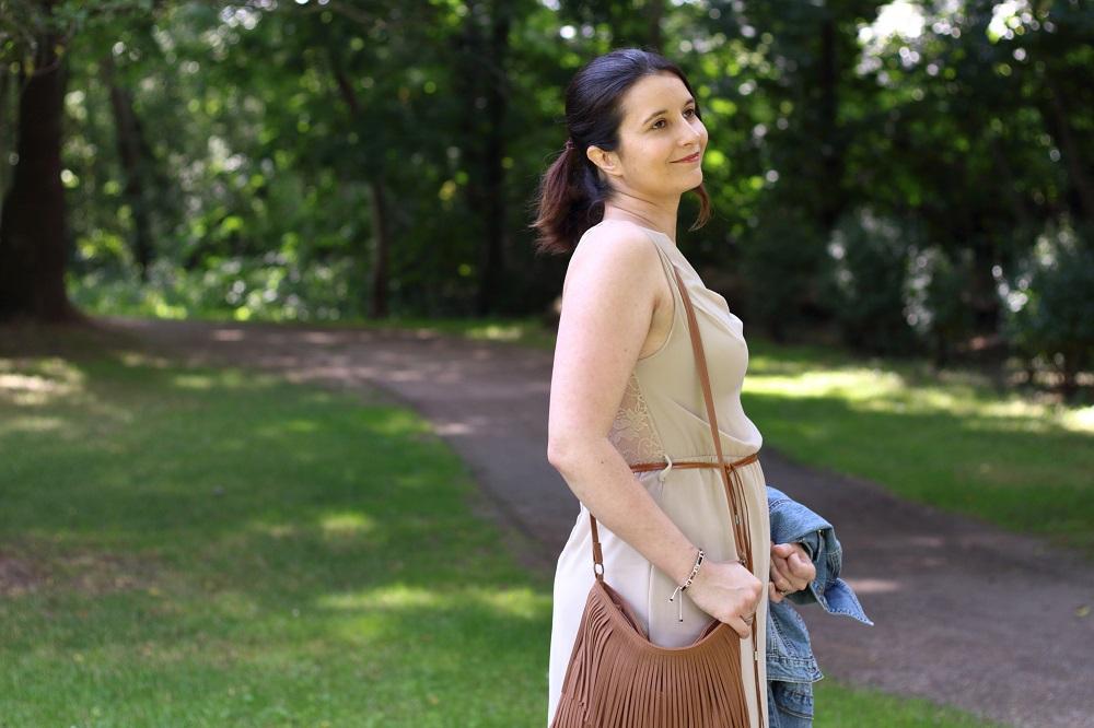 Denim Look - Jeansjacke trifft auf Vokuhila-Kleid, Fransentasche und Tamaris Denim Pumps
