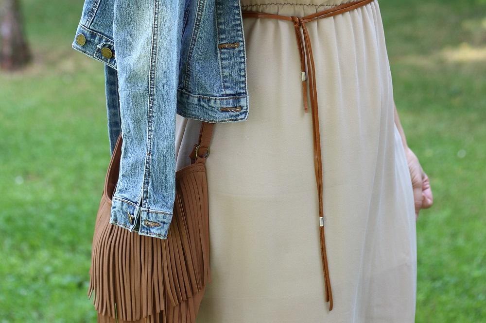 Denim Look - Jeansjacke trifft auf Vokuhila-Kleid - Details Gürtel & Fransentasche