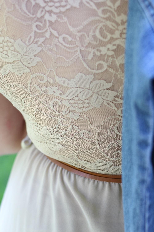 Denim Look - Jeansjacke trifft auf Vokuhila-Kleid mit Spitzendetails