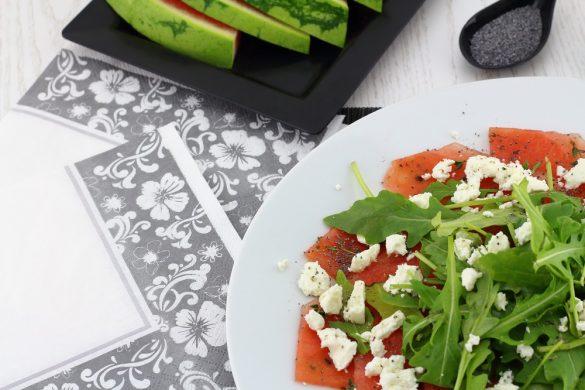 Wassermelonen-Carpaccio mit Fetakäse, Rucola und Mohnöl