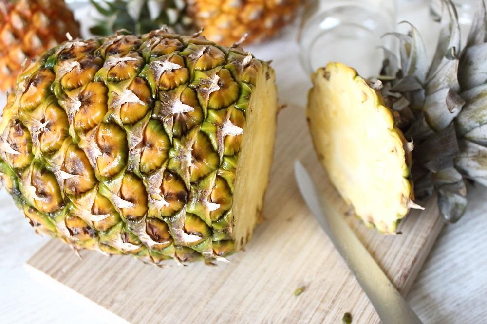 DIY-Sommerdeko - So bastelt ihr eine Ananas-Blumenvase - Anleitung für eine selbstgebastelte Vase aus einer Ananas