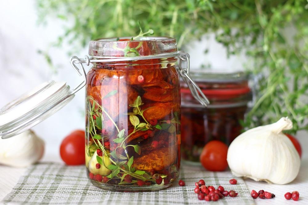Eingelegte getrocknete Tomaten mit Thymian, Knoblauch und Rosa Pfeffer - getrocknete Tomaten selber in Öl einlegen