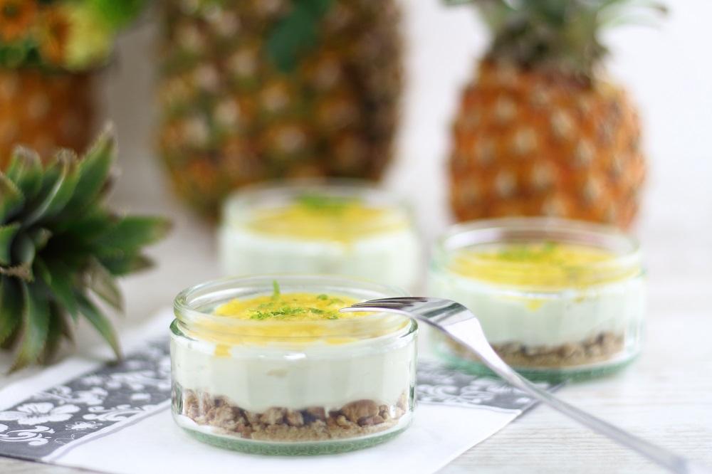 Sommerlicher Käsekuchen im Glas mit fruchtigem Ananas-Topping - Rezept für no bake Cheesecake im Glas mit Ananas und Limette