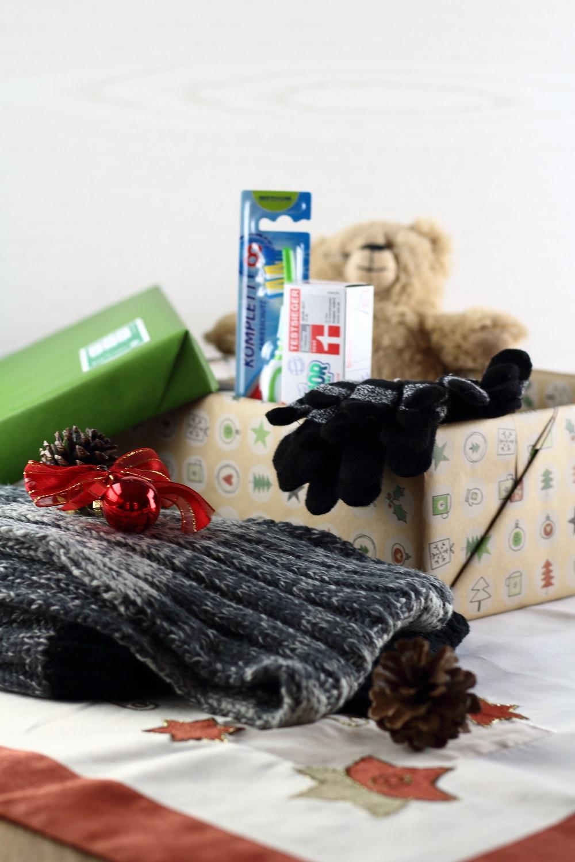 Freude Schenken - Mit der Aktion Weihnachten im Schuhkarton - Inhalt Kleidung & Hygieneartikel