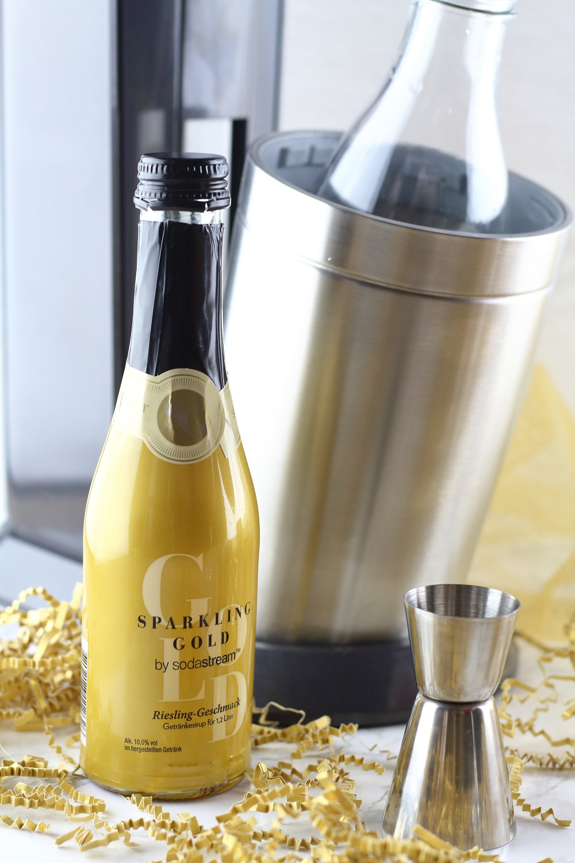 [Anzeige] Silvester-Drinks mit und ohne Alkohol - Granatapfel-Pfirsich-Cocktail mit dem neuen Sodastream Sparkling Gold Sirup Riesling-Geschmack