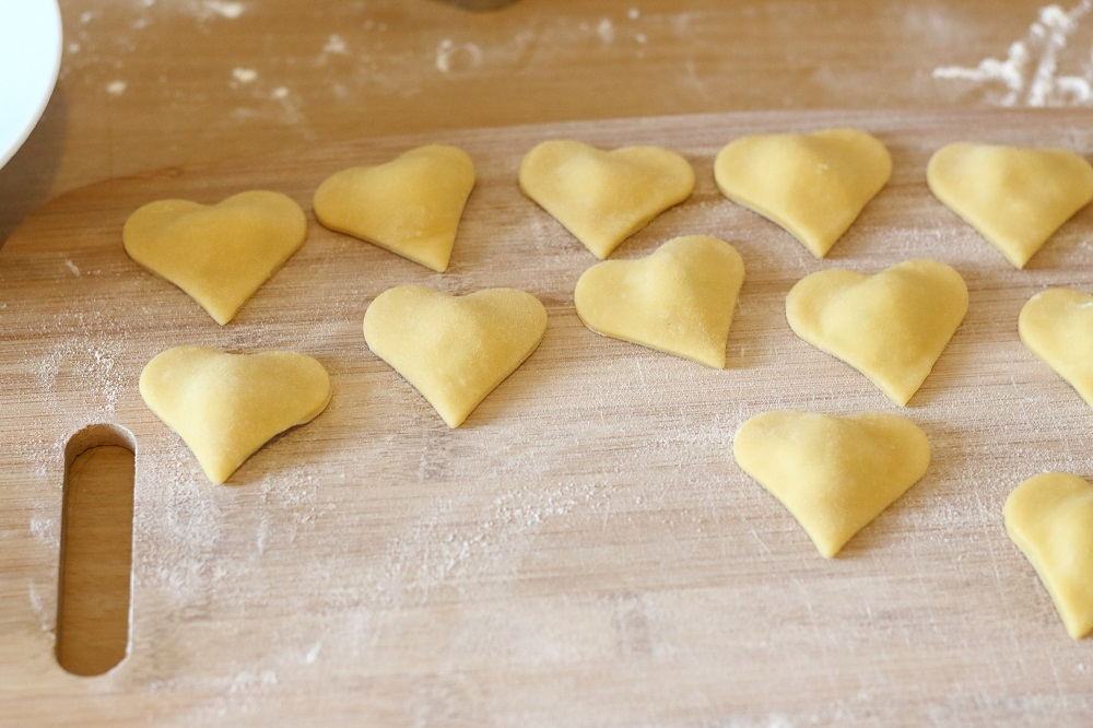[Anzeige] Selbstgemachte Herz-Ravioli zum Valentinstag - Ravioli ausgestochen