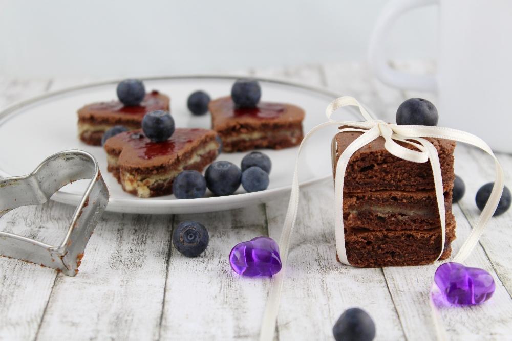 Die schönsten Valentinstags Ideen von Mary Loves - Schokoladige Valentinsherzen mit Marzipan und Heidelbeermarmelade - Gastbeitrag im Kochportal