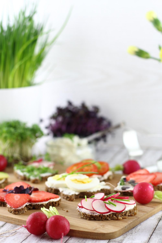 Herzhafte und süße Oster-Canapés als vegetarische Vorspeise für den Osterbrunch