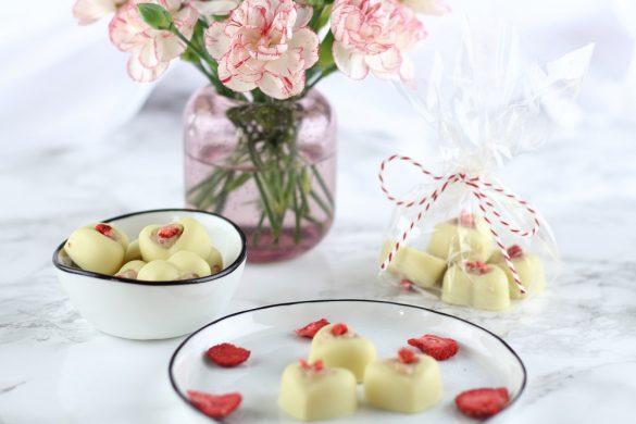 Weiße Schokoladen Pralinen mit Frischkäse-Erdbeerfüllung als süße Geschenkidee