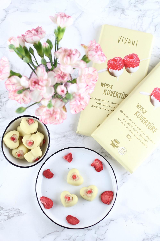 [Anzeige] Weiße Schokoladen Pralinen mit Frischkäse-Erdbeerfüllung als süße Geschenkidee mit weißer Kuvertüre von Vivani