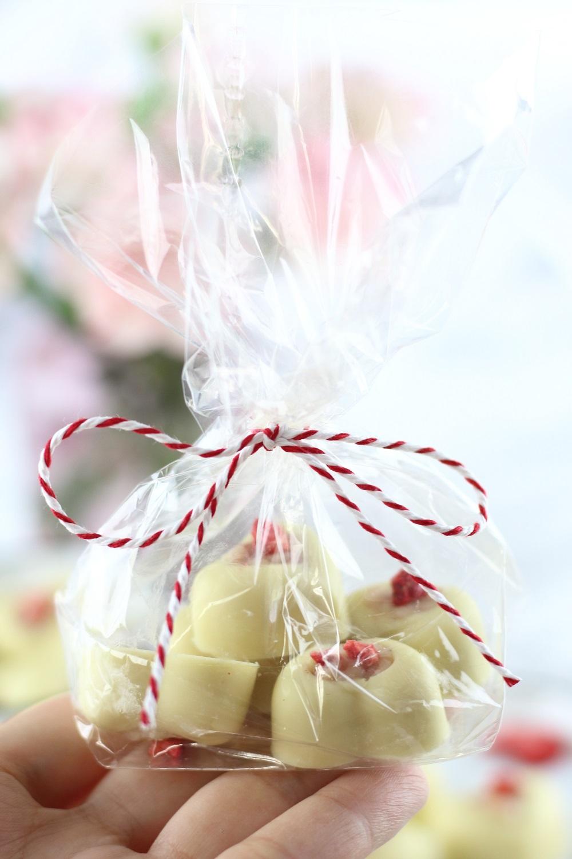 [Anzeige] Weiße Schokoladen Pralinen mit Frischkäse-Erdbeerfüllung als süße Geschenkidee zum Muttertag oder Valentinstag