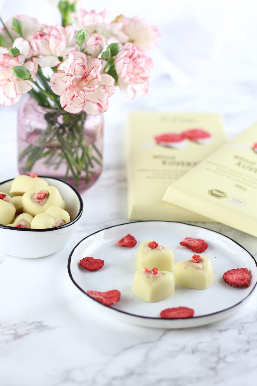 [Anzeige] Weiße Schokoladen Pralinen mit Frischkäse-Erdbeerfüllung als süße Geschenkidee