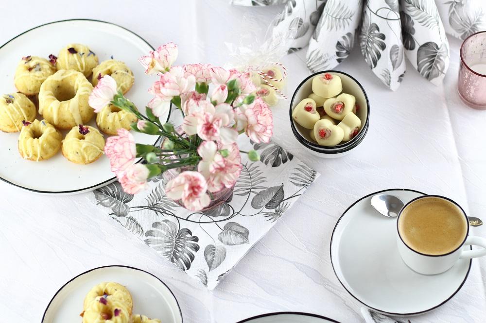[Anzeige] Mini-Gugl mit getrockneten Blüten & das passende Geschirr für den Muttertagstisch