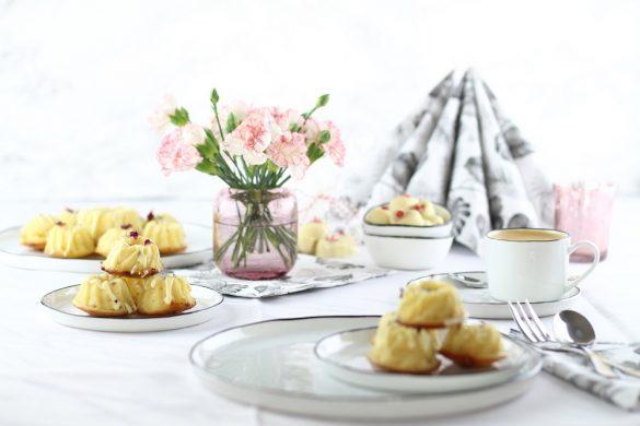 Mini-Gugl mit getrockneten Blüten & das passende Geschirr für den Muttertagstisch