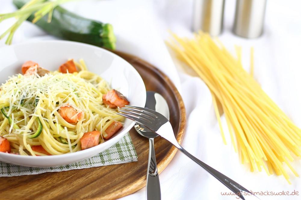 Die besten Sommerrezepte von Mary Loves - Alle lieben Pasta - Linguine mit Zucchini, Zitronengras & gebratenem Lachs - Geschmackswolke