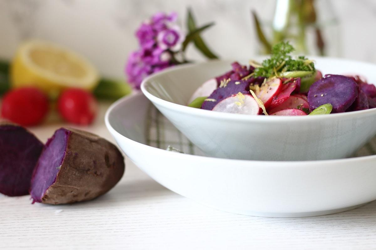 Die besten Sommerrezepte von Mary Loves - Violetter Süßkartoffelsalat mit Radieschen, Frühlauch und Zitronenvinaigrette - Gastbeitrag bei The Inspiring Life