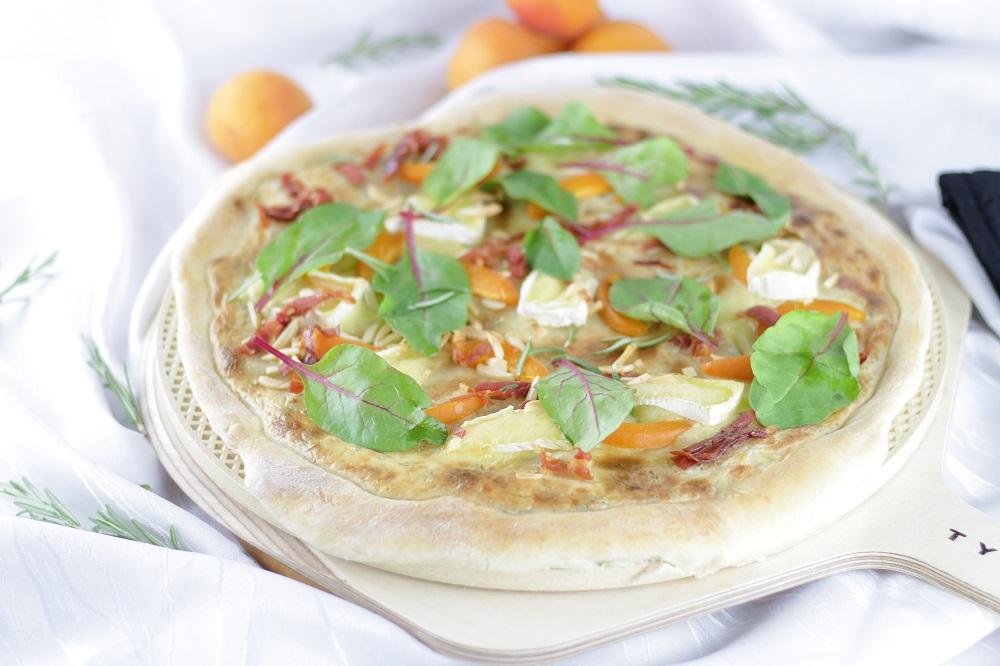 [Anzeige] Sommerliche Aprikosen-Camembert-Pizza vom TYROLIT life Pizzastein