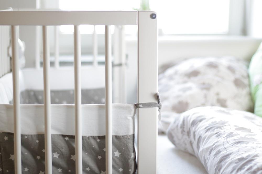 [Anzeige] Der erste Schlafplatz für's Baby im Little World Beistellbett im Elternschlafzimmer