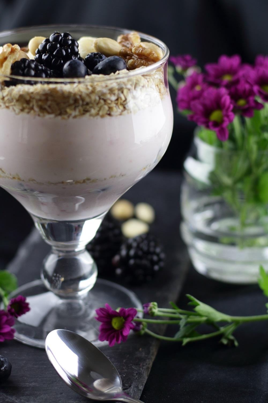 Gesundes Frühstück - Naturjoghurt mit Beeren und Topping voller Energie