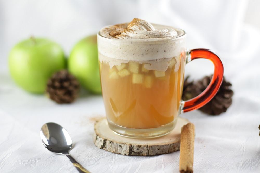Heißer Apfelpunsch mit Vanille-Zimt-Sahne [alkoholfrei]