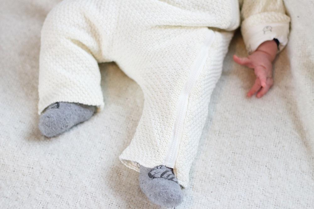 [Anzeige] Warm eingepackt - Die richtige Babykleidung für kalte Tage - Baby im Overall