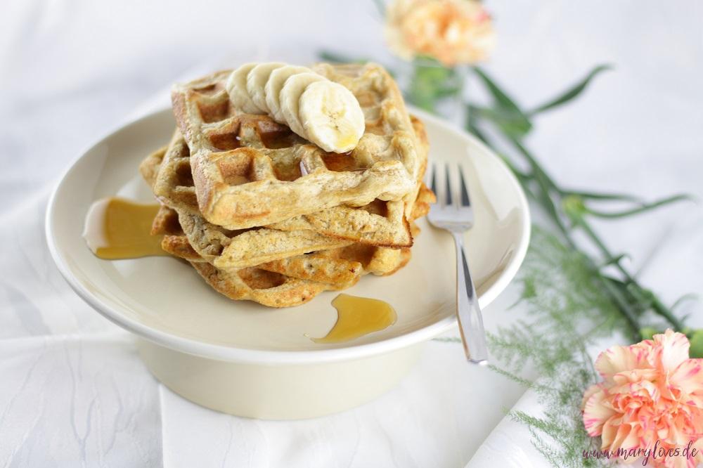 Gesundes Frühstück: Vegane Haferwaffeln mit Bananen