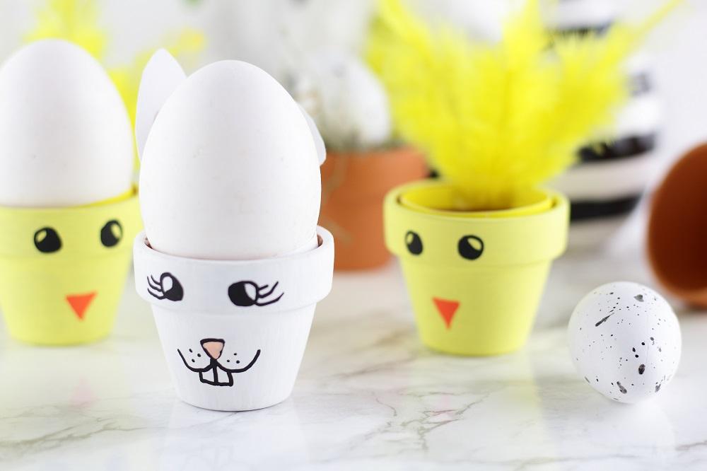 [Anzeige] DIY-Eierbecher aus Tontöpfen in süßen Osterdesigns
