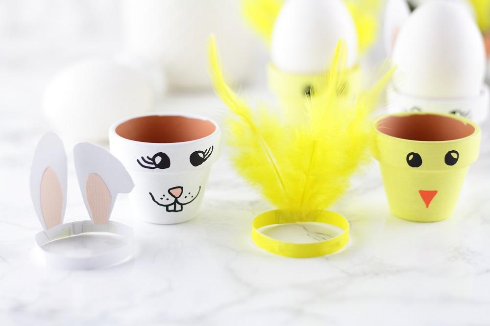 [Anzeige] DIY-Eierbecher aus Tontöpfen in süßen Osterdesigns - Hasenohren & Kükenfedern