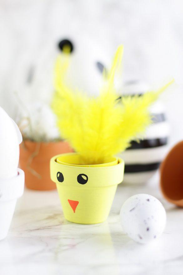 [Anzeige] DIY-Eierbecher aus Tontöpfen in süßen Osterdesigns - Oster-Eierbecher 'Küken'