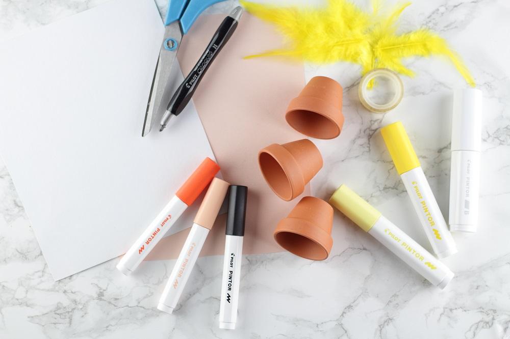 [Anzeige] DIY-Eierbecher aus Tontöpfen in süßen Osterdesigns mit den Pilot Pintor Markern - Material