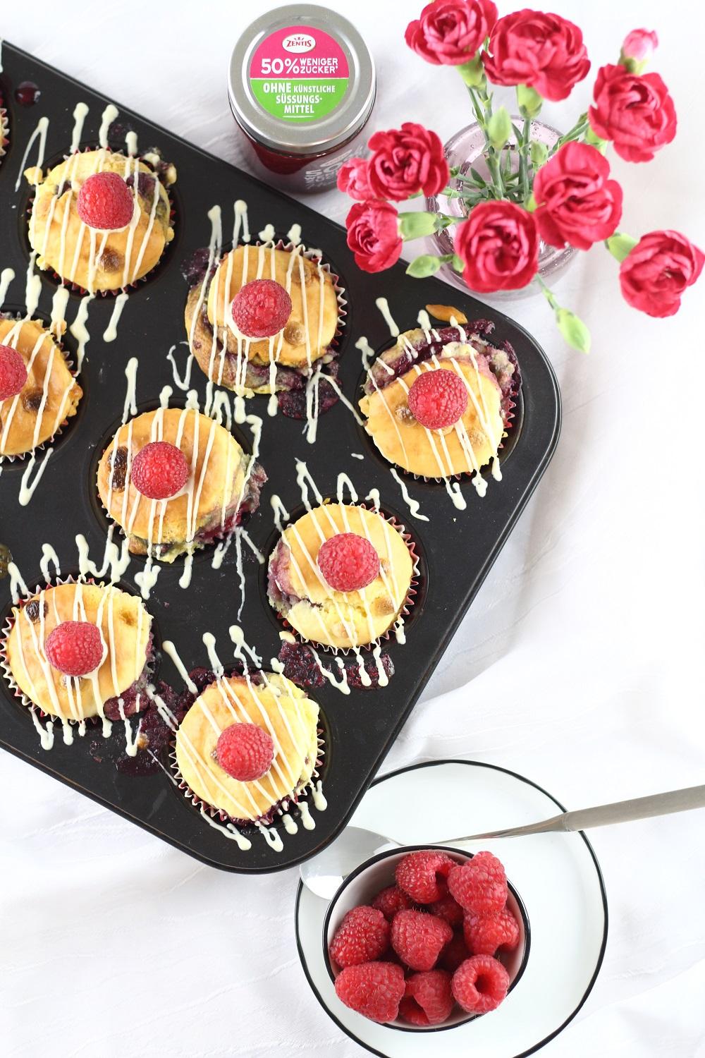 [Anzeige] Himbeermuffins mit weißer Schokolade und fruchtiger Füllung