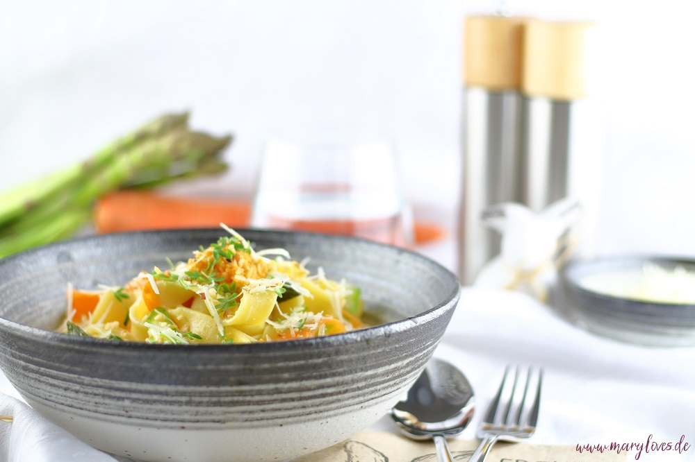 Frühlingsleichte One-Pot-Karotten-Pasta mit grünem Spargel - Mary loves
