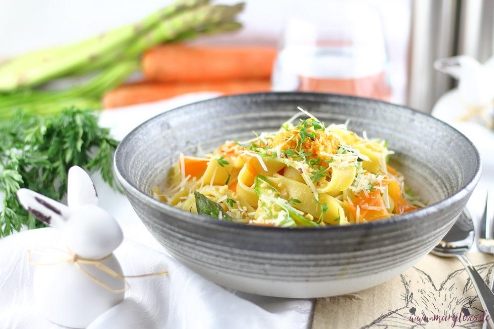 Frühlingsleichte One-Pot-Karotten-Pasta mit grünem Spargel & Haselnüssen