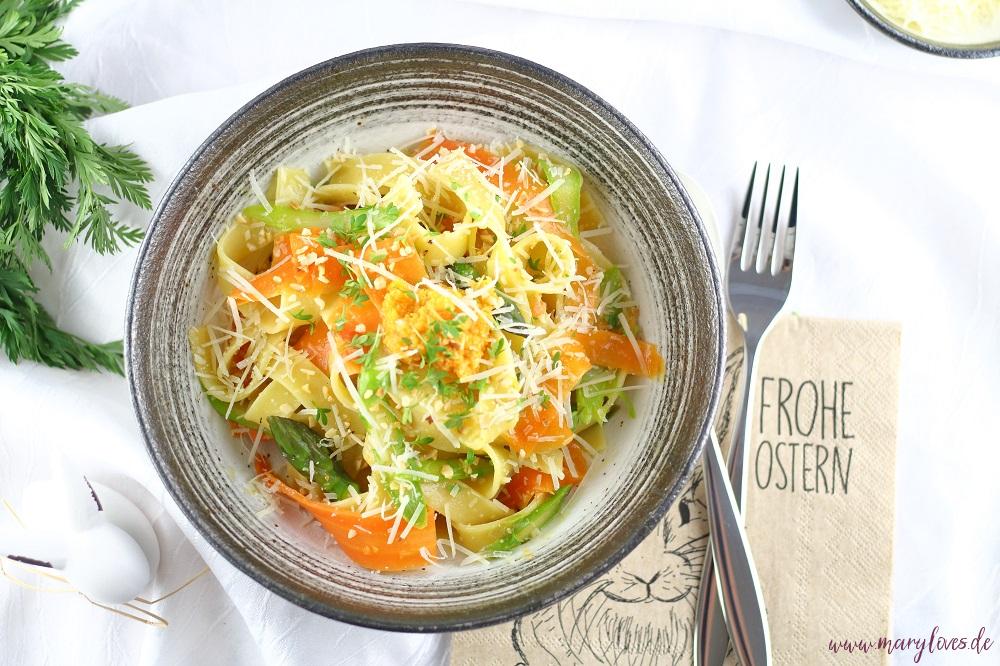 Frühlingsleichte One-Pot-Pasta mit Karotten, grünem Spargel & Haselnüssen